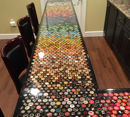 """如果你足够幸运,如果你家足够大,如果你家足够爱喝酒,你有没有想过在家里做一个独一无二的""""啤酒盖""""创意酒吧?"""