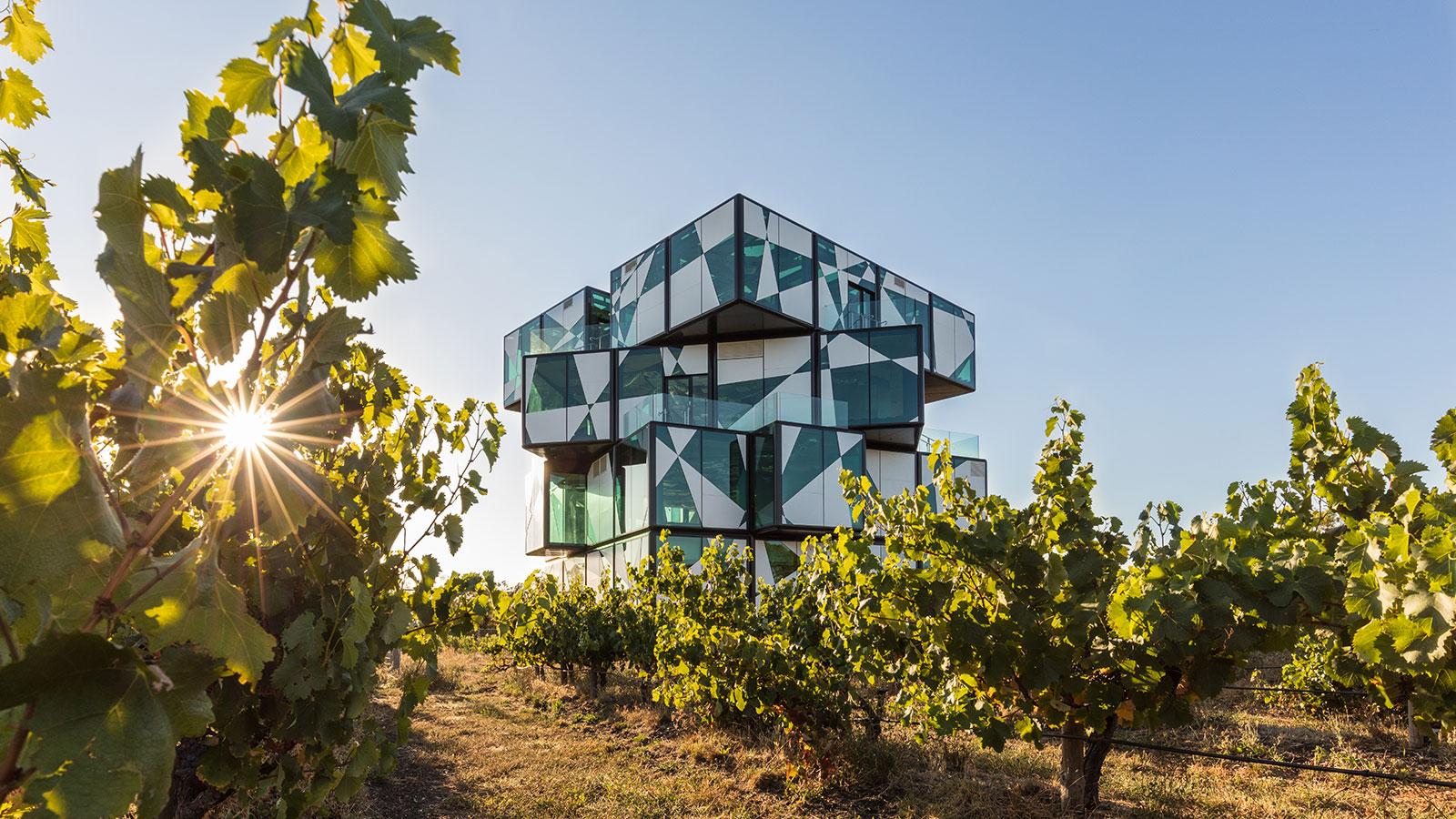 """亮眼!澳大利亚建成巨型迷幻建筑""""黛伦堡酒魔方"""""""