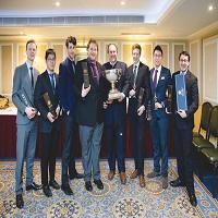 在今年的盲品比赛中,牛津大学盲品队再次战胜剑桥,凯旋而归。这是牛津连续第四年获胜,也是他们的第41座盲品冠军奖杯。