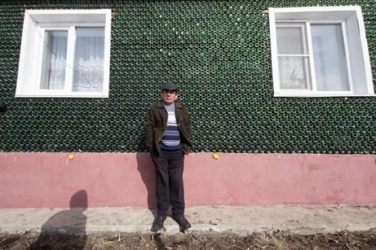 """据报道,一名来自俄罗斯西部乌拉尔山脉地区的男子成功以12000支香槟空瓶建成梦想""""香槟屋""""。"""